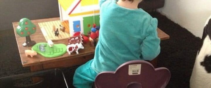 Bébé joue seul, papa gaga au chomage