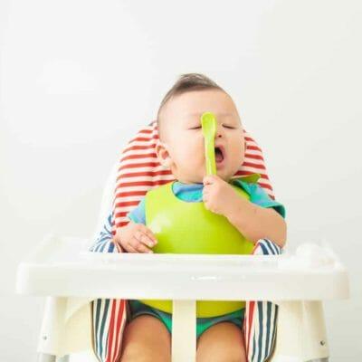 bébé assis sur une chaise haute