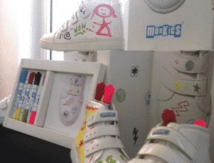 Monkies, une paire de basket enfant, des feutres et un éponge pour customiser ses chaussures