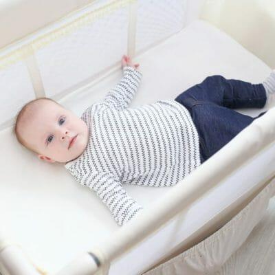 bébé dans un lit parapluie