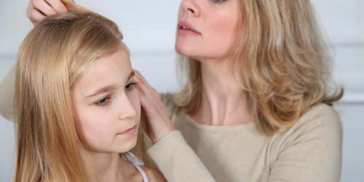 traitement d'un enfant contre les poux