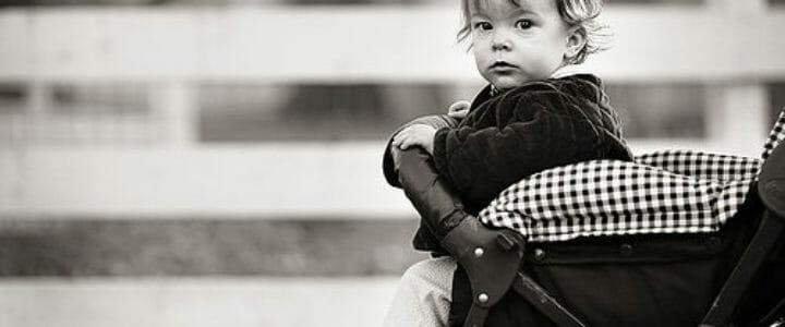bébé dans une poussette canne compacte