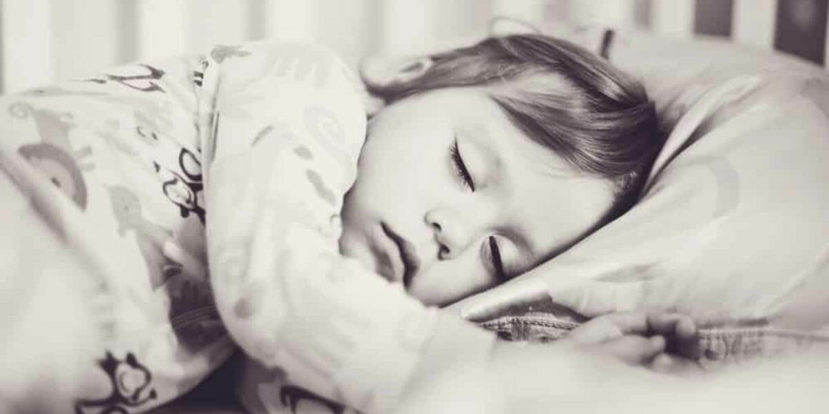 enfant qui dort à côté d'un babyphone