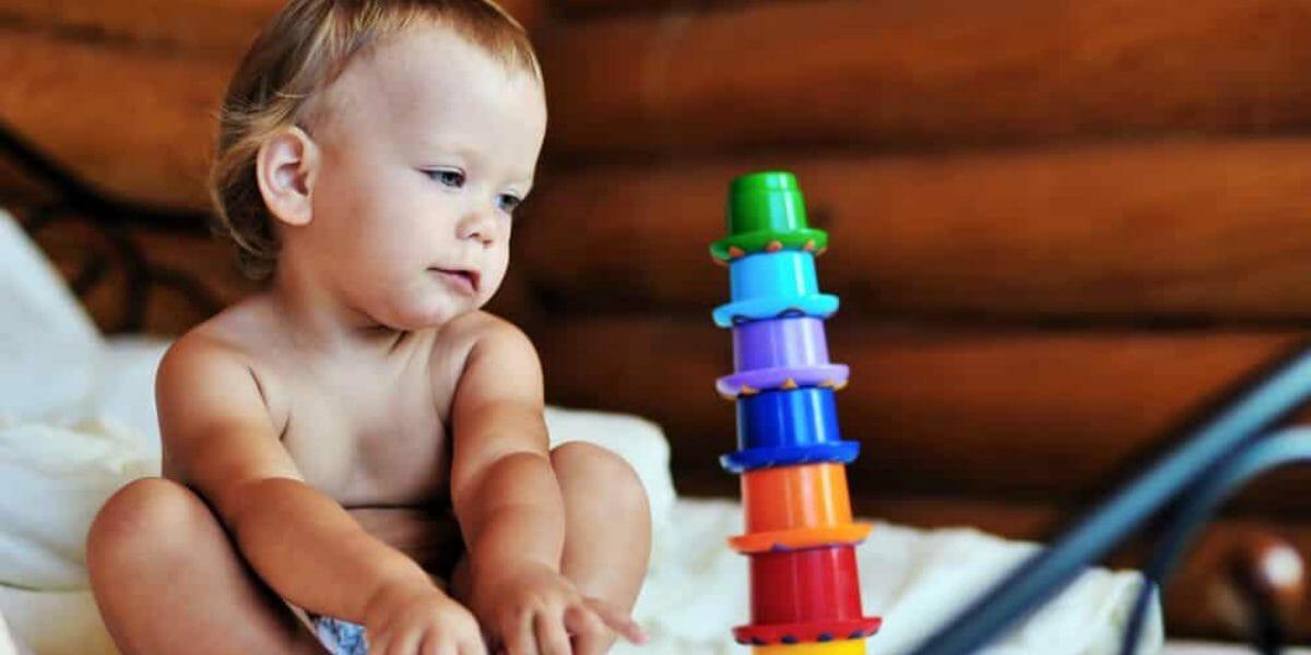 bébé qui joue avec un jeu d'éveil