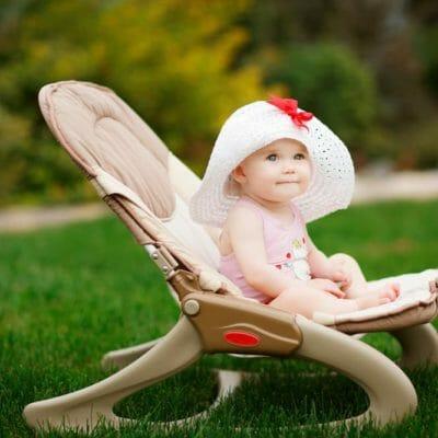 enfant dans un transat bébé