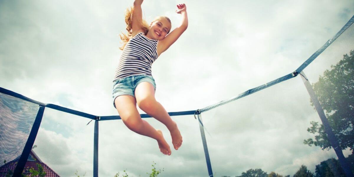 enfant qui saute sur un trampoline