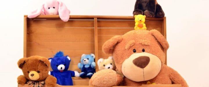 coffre à jouets avec peluches pour enfant