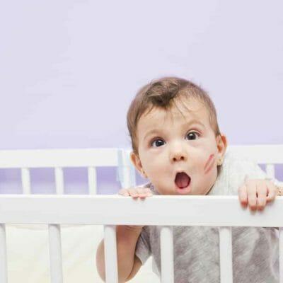 bébé dans son lit à barreaux