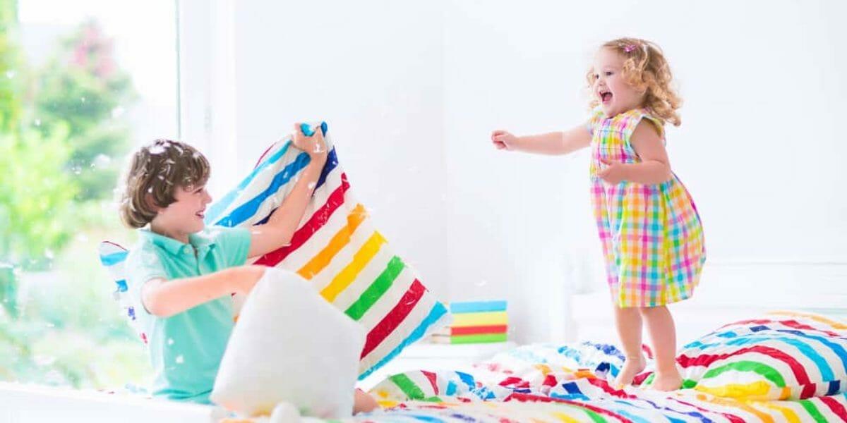 bataille d'oreillers sur un lit enfant