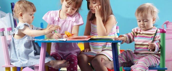 enfants autour d'une table enfant crayon