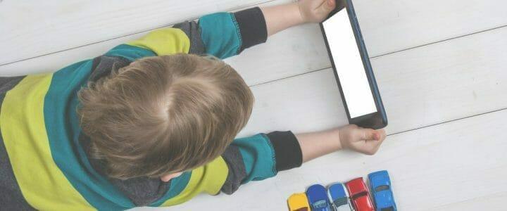enfant qui joue avec une tablette numérique