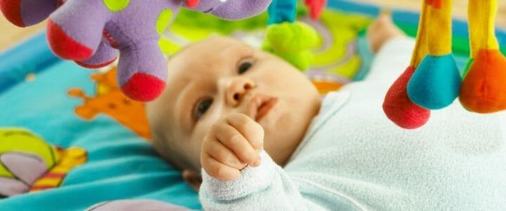 bébé qui joue dans un tapis d'éveil