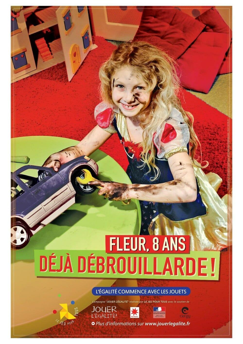 Jouer pour l'égalité : une fille joue aux voitures