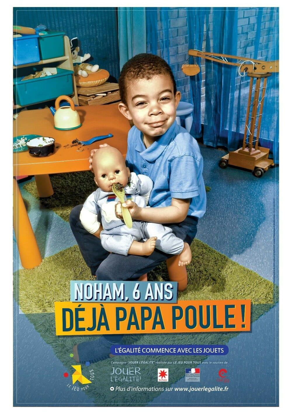 Jouer pour l'égalité : un garçon joue à la poupée