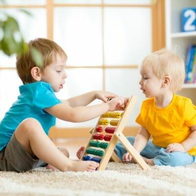 enfants qui jouent à un jeu éducatif