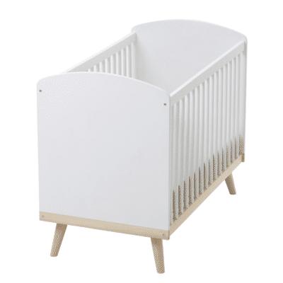 lit-bebe-a-barreaux-en-bois-blanc-marque-vertbaudet-confetti