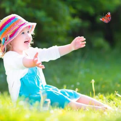 enfant jouant à des jeux de plein air