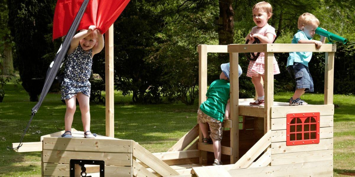 cabane bateau pirate en bois avec enfants jouant dessus