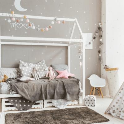 chambre décorée lit cabane Montessori