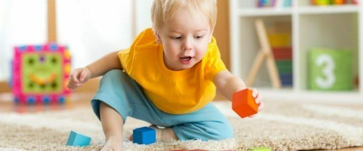enfant qui s'amuse avec un jouet en bois