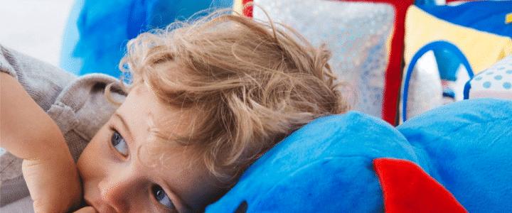enfant avec son jouet d'éveil