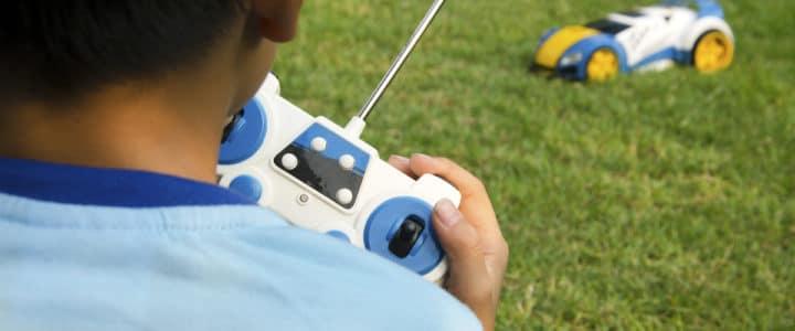 enfant qui joue avec une voiture télécommandée