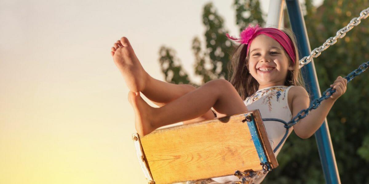 enfant sur une balançoire d'un portique