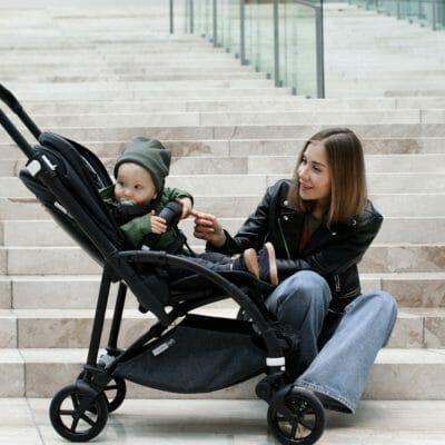 maman avec bébé dans sa poussette Bugaboo Bee 6