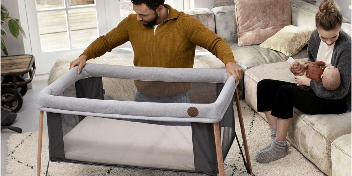 papa installe lit parapluie iris marque bébé confort
