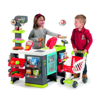 deux enfants jouent à la marchande Maxi market marque Smoby
