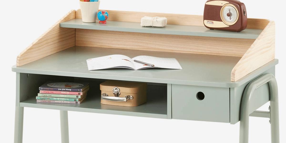 bureau enfant avec un cahier ouvert dessus marque vertbaudet