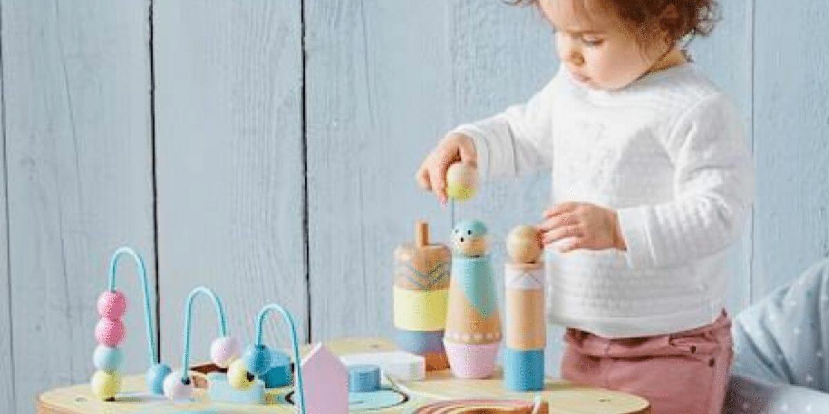 photo table activité petit sioux avec enfant marque vertbaudet