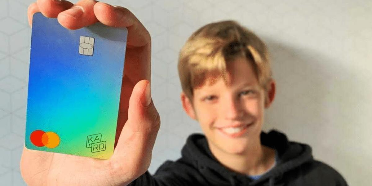 Un enfant de 10 ans avec sa première carte bancaire pour apprendre à gérer son argent de poche