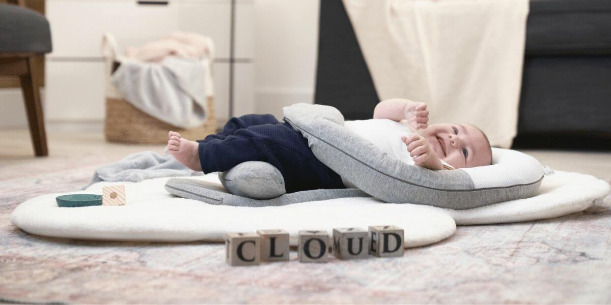 le cocon anti-coliques Cloudnest marque Babymoov avec un bébé dessus