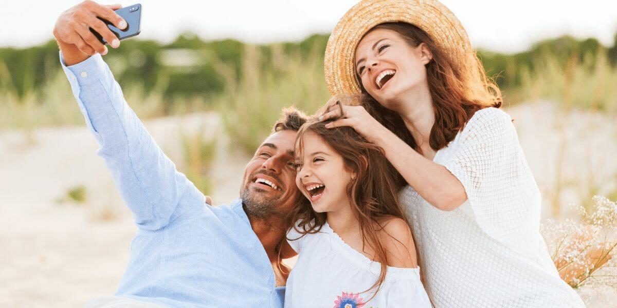 une famille se prend en photo pour garder un souvenir