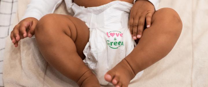 Bébé avec une couche Love and Green