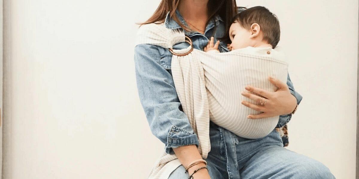 maman qui porte son enfant avec une echarpe de portage marque juen 22
