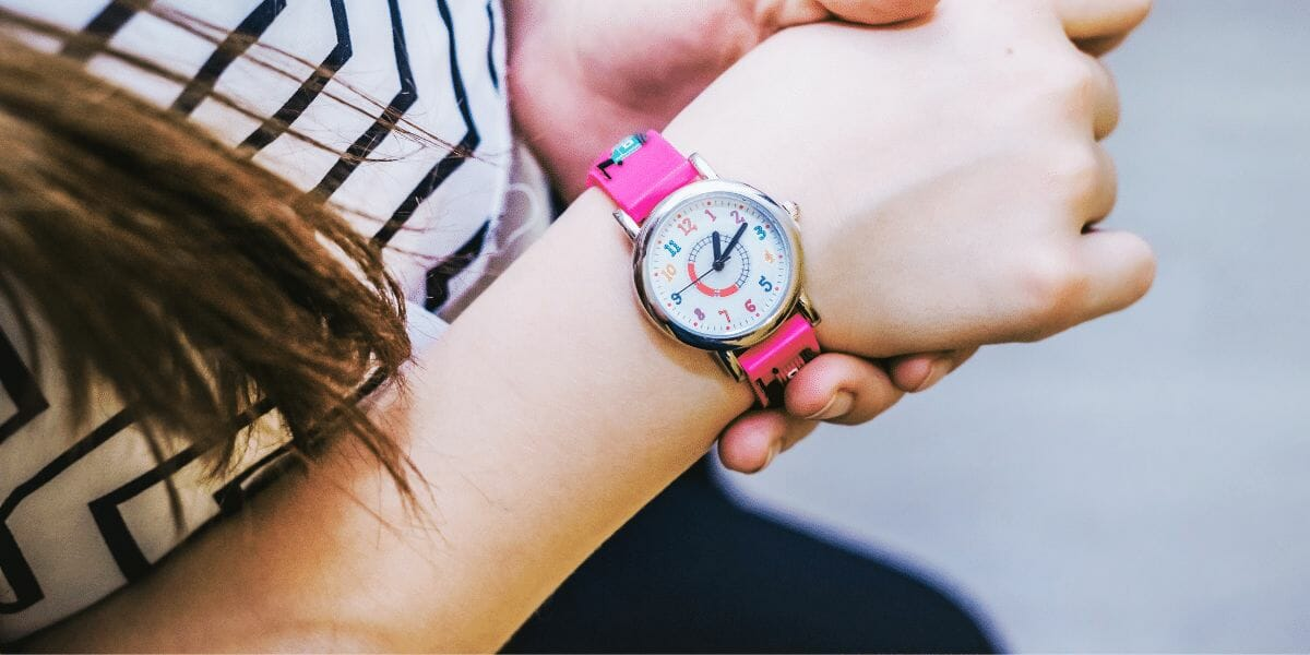 enfant avec une montre au poignet