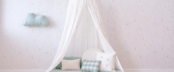 Ciel de lit blanc avec matelas et coussins