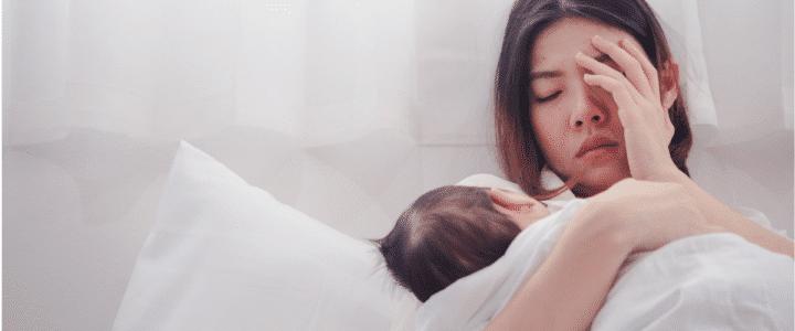 maman fatiguée avec bébé dans les bras