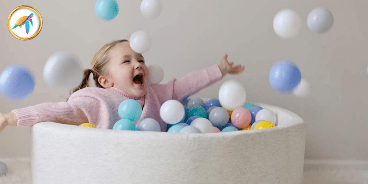 bébé qui joue dans sa piscine à balles grise marque Piscine-a-balle- Tortuga