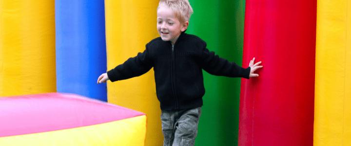 petit garçon joue sur une structure gonflable
