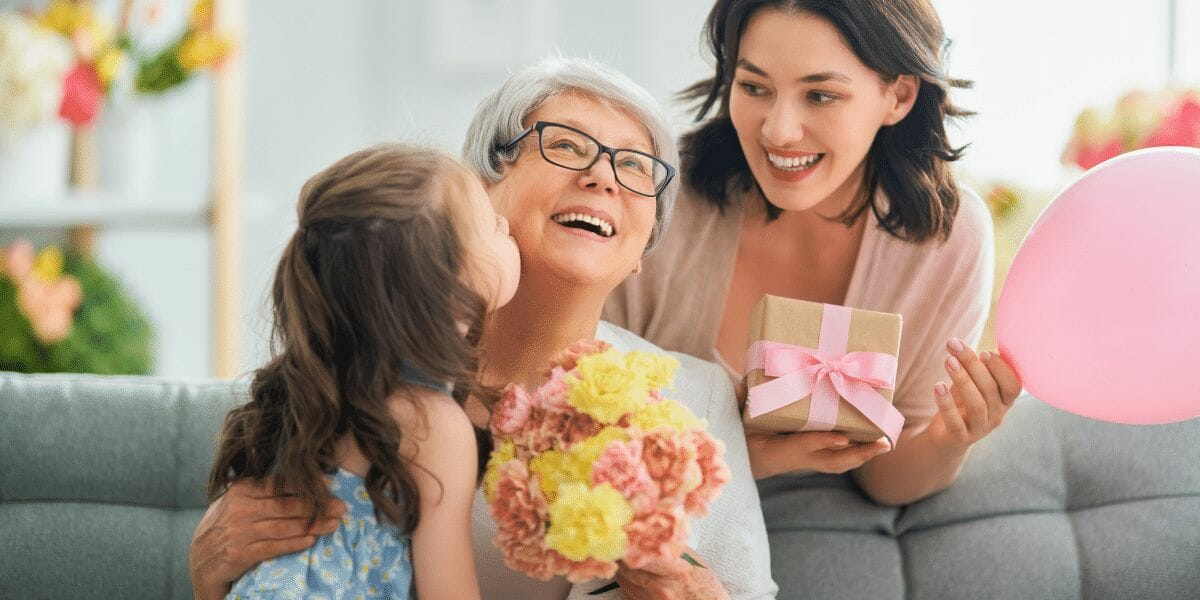 un enfant offre des fleurs à sa mamie pour la fête des grands-mères