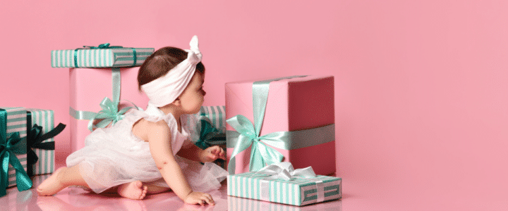 une petite fille avec des gros cadeaux