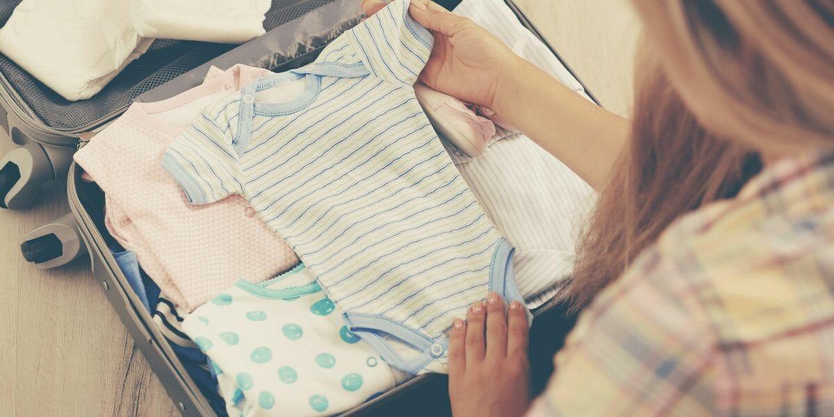 une maman préparant la valise de maternité de bébé